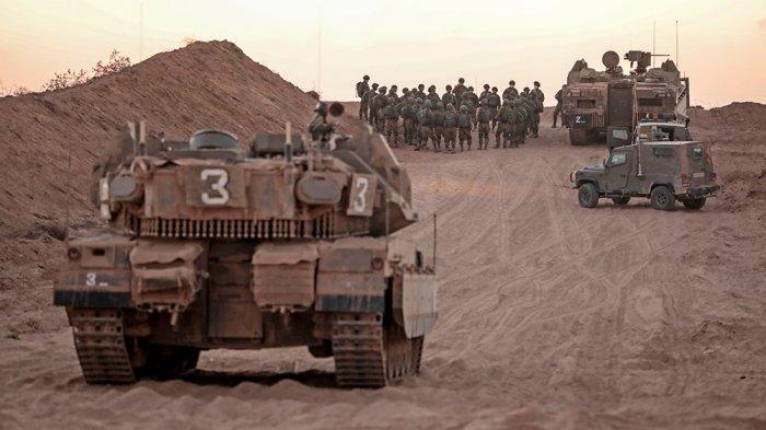 Tentara Israel berkumpul di dekat penghalang dengan Jalur Gaza pada 16 Agustus