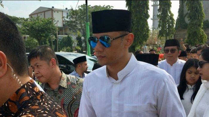 Agus Harimurti Yudhoyono mendampingi sang ayah Susilo Bambang Yudhoyono dalam pemakaman almarhumah Siti Habibah, ibunda SBY di TPU Tanah Kusir, Jakarta Selatan, Sabtu (31/8/2019).