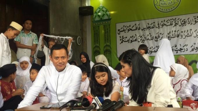 Agus Harimurti Yudhoyono, Almira Tunggadewi Yudhoyono, dan Annisa Pohan dalam acara syukuran di Panti Asuhan Yayasan Nuril Ula, Cipulir, Kebayoran Lama, Jakarta Selatan, Minggu (4/12/2016).