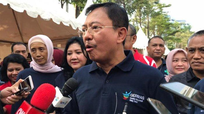 Menteri Kesehatan Terawan Agus Putranto ketika minum jamu bersama dengan pegawai Kementerian Kesehatan, di Jakarta Pusat, Jumat (14/2/2020).
