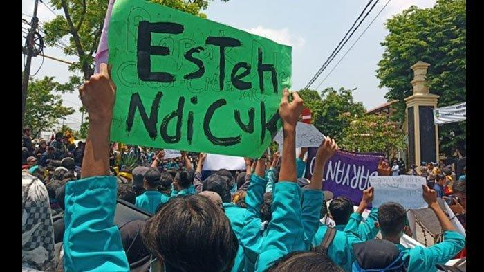Mahasiswa di berbagai penjuru Indonesia serempak turun ke jalan berdemonstrasi, Selasa (24/9/2019). Di antara mereeka tak sedikit membawa poster bernada kocak.