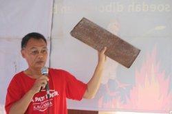 Goenawan A Sambodo, epigraf dan peneliti sejarah kuno Jawa, menunjukkan prasasti tamra atau tembaga di sebuah event kesejarahan
