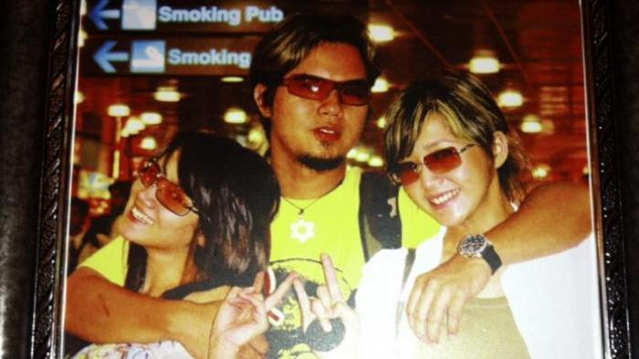 Ahmad Dhani bersama Maia Estianty (kanan) dan Mulan Jameela, ketika Maia dan Mulan, yang dulu bernama Mulan Kwok, masih bergabung dalam duo Ratu