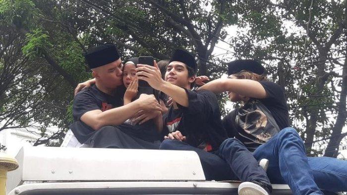 Musisi Ahmad Dhani dan Safeea saat tiba di kediamannya, kawasan Pondok Indah, Jakarta Selatan, Senin (30/12/2019).