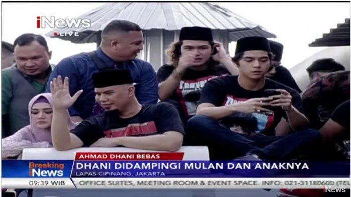 Ahmad Dhani menaiki mobil bak terbuka didampingi Mulan Jameela dan ketiga putranya seusai bebas dari LP Cipinang, Jakarta Timur, Senin (30/12/2019) sekira pukul 9.30 WIB