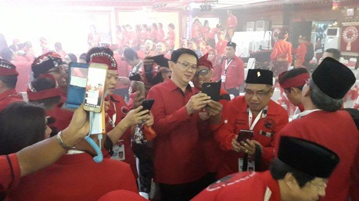 Politisi PDI Perjuangan Basuki Tjahja Purnama (BPT) atau Ahok menjadi buruan foto ratusan kader PDIP yang hadir dalam pembukaan Kongres V PDIP di Grand Inna Beach Bali, Kamis (8/8/2019).