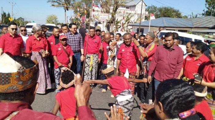 Ahok dan rombongan disambut dengan tarian giring-giring di jalan Gajah Mada tepatnya di depan kantor sekertariat DPC PDI Perjuangan