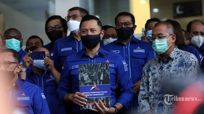 Ketua Umum Partai Demokrat, Agus Harimurti Yudhoyono (AHY) mendatangi Gedung Kemenkumham, Jakarta Selatan, Senin (8/3/2021). AHY bersama pimpinan DPD Partai Demokrat menyambangi Kemenkumham untuk menyerahkan berkas kepengurusan yang sah sesuai Kongres V Partai Demokrat. Tribunnews/Jeprima