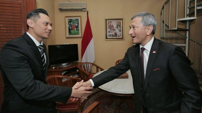 Direktur Eksekutif The Yudhoyono Agus Harimurti Yudhoyono saat berbincang dengan Menteri Luar Negeri Singapura Vivian Balakrishnan di kediaman Cikeas, Bogor, Jawa Barat, Rabu (17/7/2019)