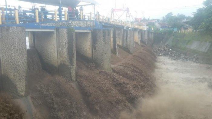 Banjir Bandang di Puncak: Muncul Ikan Jumbo, Air Sungai Bendung Katulampa Berwarna Hitam Pekat