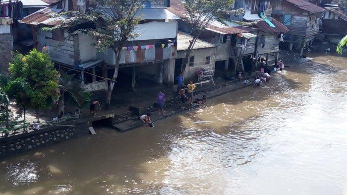Warga Bantaran Waspadai Air Pasang Sungai Deli