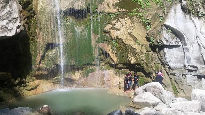 Eksotisme Air Terjun Laiwi, Dikelilingi Tebing-tebing Batu Tinggi dan Pepohonan Raksasa