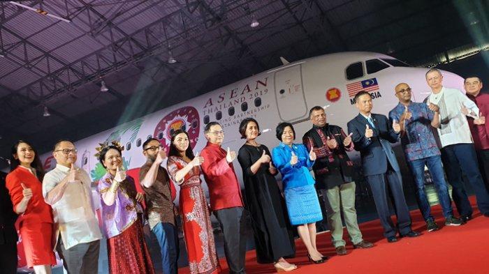 CEO AirAsia Group Tony Fernandes (keenam dari kanan) beserta bos-bos AirAsia di ASEAN saat peluncuran corak livery baru