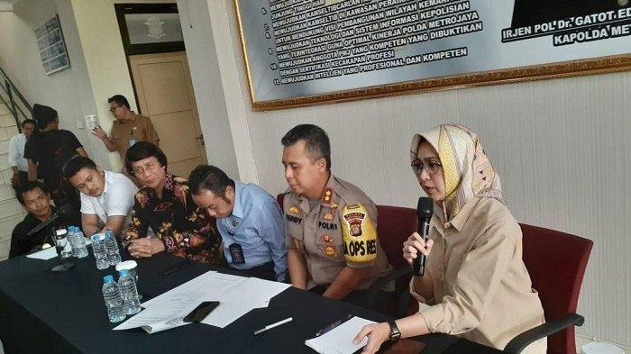 Wali Kota Tangerang Selatan Airin Rachmi Diany memberi keterangan seputar tewasnya anggota Paskibraka Tangsel Aurellia Quratu Aini