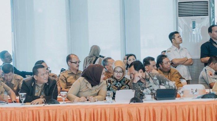 Wali Kota Tangerang Selatan (Tangsel) Airin Rachmi Diany, diapit Wali Kota Bogor Bima Arya dan Bupati Karawang Cellica Nurrachadiana beredar di media sosial dan aplikasi pesan singkat.