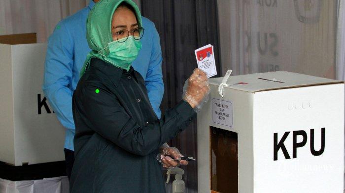 Wali Kota Tangerang Selatan (Tangsel), Airin Rachmi Diany melaksanakan hak pilihnya pada tahapan pencoblosan Pilkada 2020 di tempat pemungutan suara di (TPS) 24 Sutera Narada, Pakulonan, Serpong Utara, Tangsel(9/12/2020) Airin di tempat pemungutan suara (TPS) tersebut,  bersama anak sulung lelakinya bernama Tubagus Ghifari Al Chusaeri Wardana. (Warta Kota/Henry Lopulalan)