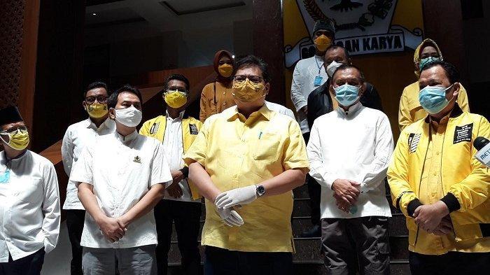 Airlangga Instruksikan Kader Golkar Kawal Bansos Masyarakat hingga APD di Puskesmas