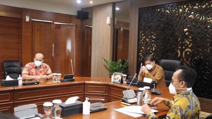 Menko Perekonomian Airlangga Hartanto yang juga menjabat  Ketua Komite Penanganan Covid-19 dan Penanganan Ekonomi Nasional (KPEN) saat melakukan pertemuan dengan Tim Mitigasi Pengurus Besar Ikatan Dokter Indonesia yang dipimpin oleh dr. M Adib Khumaidi SpOT, pada awal pekan ini.