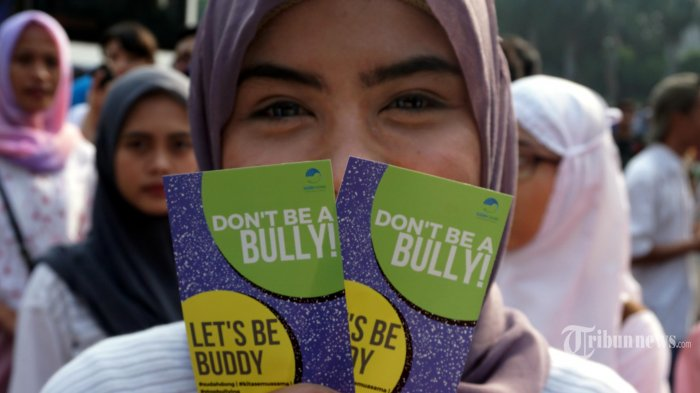 Sejumlah warga dari Komunitas Sudah Dong membentangkan stiker berisikan ajakan tidak melakukan