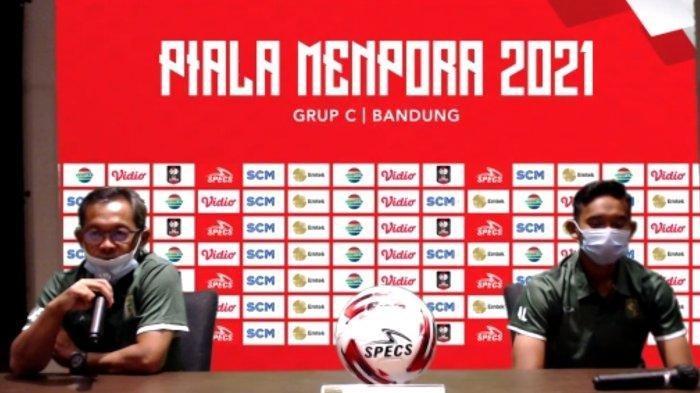 Pelatih Persebaya, Aji Santoso (kiri) saat jumpa pers sehari jelang laga hadapi PS Sleman.
