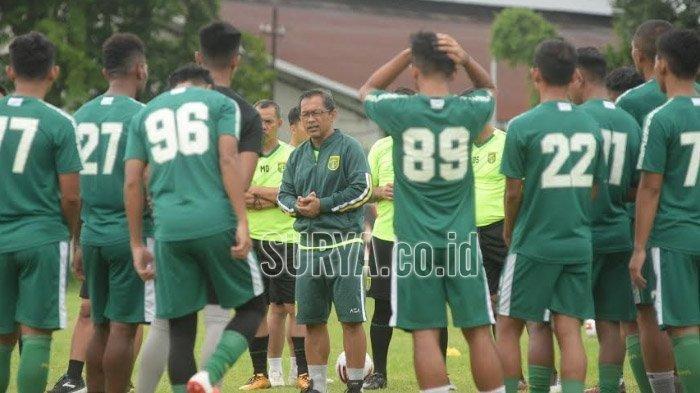 Aji Santoso saat melatih tim Persebaya Surabaya di Lapangan Polda Jatim, Minggu (1/3/2020).
