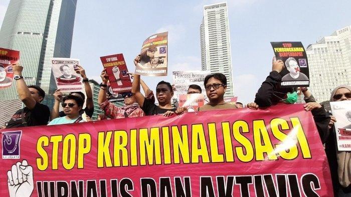 Simbol Tanda Bahaya Kebebasan Pers, AJI Jakarta Gelar Aksi Jalan Mundur Sambil Bawa Kentongan