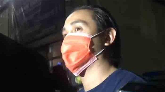 Ajun Perwira saat keluar dari Polres Metro Jakarta Barat usai diamankan terkait kasus narkoba bersama istrinya Jennifer Jill dan diperiksa sebagai saksi, Rabu (17/2/2021)