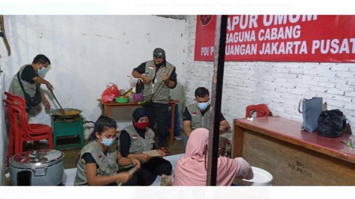 Badan Penanggulangan Bencana (Baguna) PDIP menyediakan dapur-dapur umum di kantor-kantor partai tingkat kabupaten/kota (DPC) untuk membantu warga yang terdampak banjir di Jakarta.