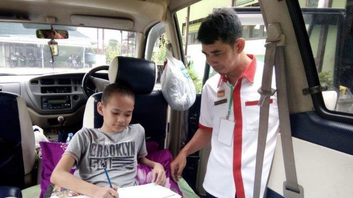 Alami Patah Kaki, Akbar Faisal Ikut Ujian dalam Mobil
