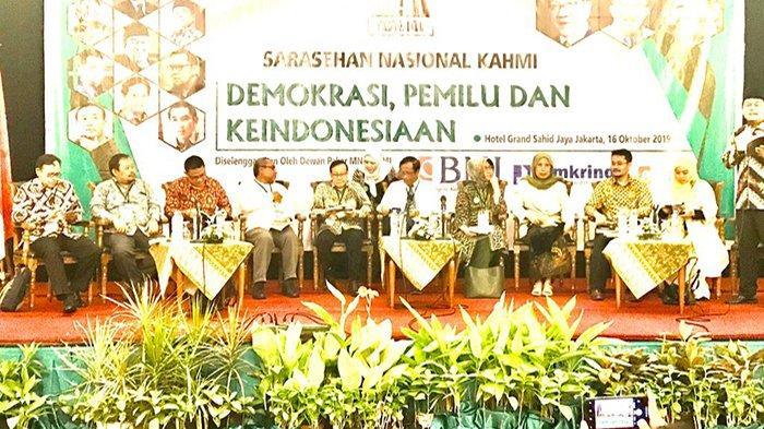 Akbar Tanjung, Mahfud MD, dan Siti Zuchro bersama narasumber lain pada Sarasehan Nasional KAHMI di Jakarta, Rabu (16/10/2019).