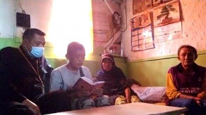 VIRAL Kisah Pemulung yang Baca Alquran di Emperan Toko, Cari Ibu Kandung hingga Biasa Hidup di Jalan