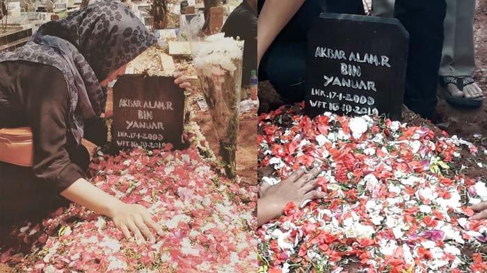 Kakak Akbar Alamsyah mencium nisan adiknya yang menjadi korban demo rusuh