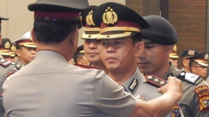 AKBP Asep Darmawan saat sertijab sebagai Kapolres Kampar, Riau, 25 September 2019 di Mapolda Riau, Pekanbaru. Baru dua bulan menjabat, AKBP Asep Darmawan dicopot dari jabatan Kapolres Kampar karena mengobrol saat Kapolri beri arahan.