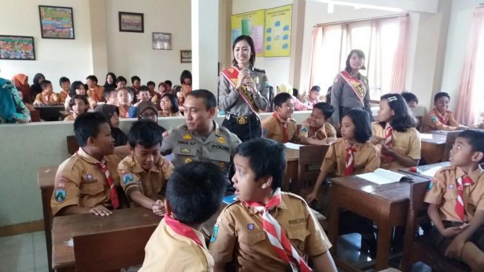 Berbaur dengan Murid SD, Polres Jember Sosialisasikan Internet Sehat untuk Anak