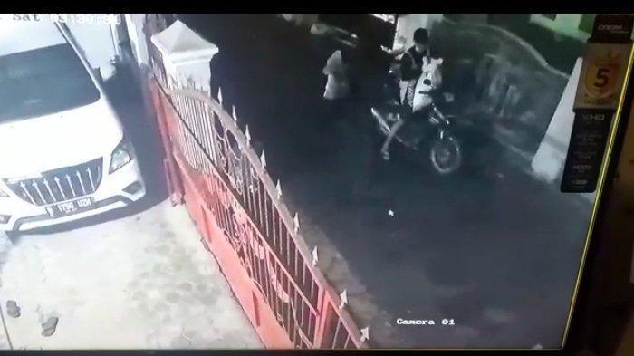 Rampok Terekam CCTV, Lagaknya Hendak Masuk Masjid tapi Rampas HP dan Acungkan Belati