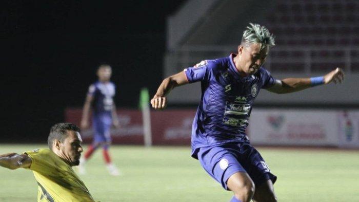 Aksi bek asing Barito Putera, Cassio de Jesus menghadapi KH Yudo winger milik Arema FC dalam pekan kedua grup A Piala Menpora 2021, Kamis (26/3/2021).