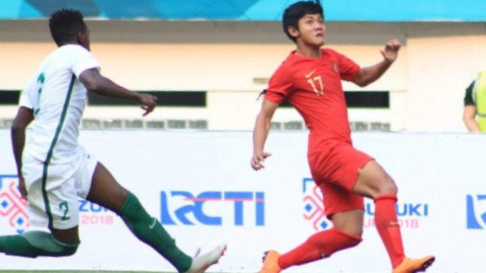 Aksi bek kiri timnas U-19 Indonesia, Firza Andika (kanan) saat melakoni uji coba kontra timnas U-19 Arab Saudi di Stadion Wibawa Mukti, Cikarang Timur, Kab Bekasi, 10 Oktober 2018.