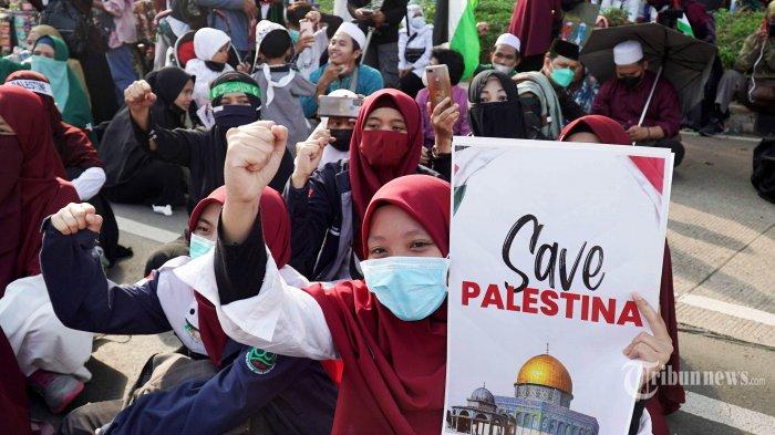 Pengunjuk rasa mengikuti aksi dengan membawa poster kecaman terhadap Israel dan dukungan terhadap Palestina di depan Gedung Kedubes Amerika Serikat, Jakarta Pusat, Selasa (18/5/2021). Aksi yang diikuti berbagai elemen mahasiswa dan masyarakat tersebut untuk mengutuk penyerangan Israel ke Palestina yang telah menyebabkan ratusan korban jiwa. Tribunnews/Herudin