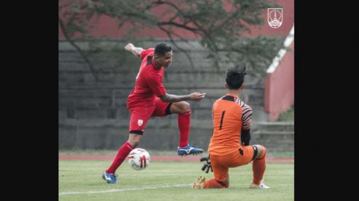 Aksi Beto Gonvalces bersama Persis Solo saat mengalahkan UNSA ASMI dengan skor 3-0.