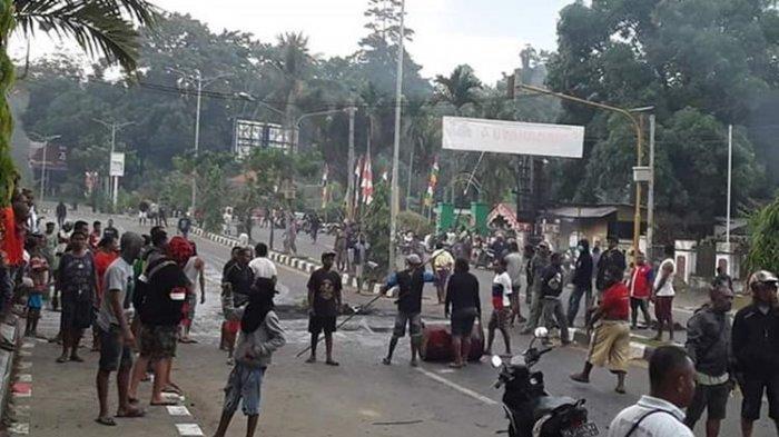 Aksi blokade jalan oleh warga Papua di Kota Manokwari, Senin (19/8/2019) pagi. Mereka memprotes tindakan rasisme yang terjadi terhadap mahasiswa Papua di Surabaya pekan lalu.