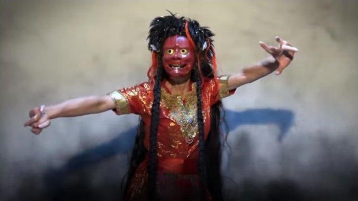 Didik Nini Thowok menuturkan pemahaman masyarakat yang keliru dari Lathi di mana disebut sebagai lagu pemuja setan telah memberikan inspirasi dalam membuat video Lathi versinya sendiri.