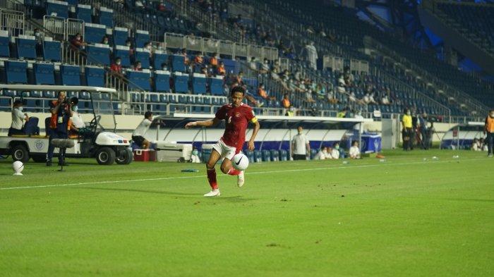 Aksi Evan Dimas saat bermain sebagai Timnas Indonesia saat menghadapi Thailand dalam lanjutan Kualifikasi Piala Dunia 2022 yang berakhir dengan skor imbang 2-2 di Stadion Al Maktoum, Dubai, Uni Emirat Arab, Kamis (3/6).