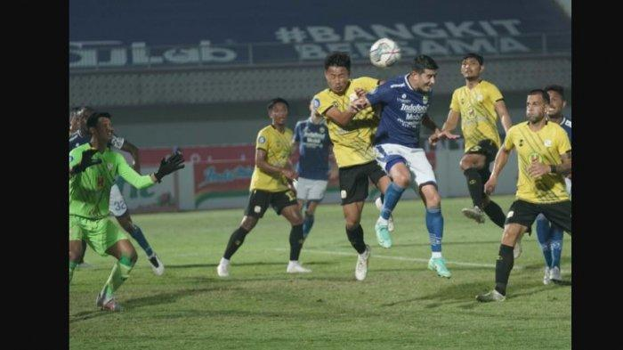 Aksi Ezteban Vizcarra saat membela Persib Bandung di pertandingan perdana BRI Liga 1 2021 melawan Barito Putera di Stadion Indomilk yang berakhir dengan kemenangan 1-0 Persib Bandung, pada Sabtu (4/9/2021).