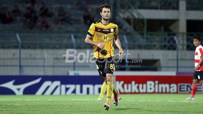Aksi gelandang Barito Putera, Douglas Packer, saat tampil melawan Madura United dalam laga pekan ke-33 Liga 1 di Stadion Gelora Bangkalan, Jawa Timur, Minggu (05/11/2017) malam.