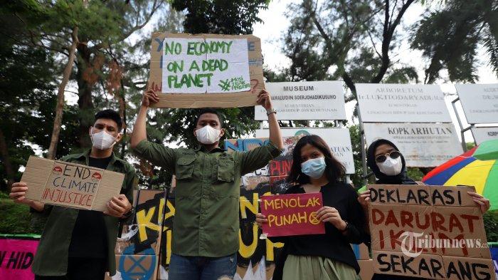 Sejumlah aktivis lingkungan saat menggelar aksi unjuk rasa di depan gedung Kementerian Lingkunga Hidup dan Hutan di Senayan, Jakarta Pusat, Jumat (11/12/2020). Aksi ini dipelopori tiga kelompok anak muda sadar iklim yaitu Extinction Rebellion Indonesia (XR), Wahana Lingkungan Hidup Indonesia (WALHI) dan Jaga Rimba yang menuntut keseriusan pemerintah Indonesia dalam menangani persoalan iklim. Sesuai dengan perjanjian paris bahwa Indonesia menyatakan komitmen untuk mengurangi Emisi Gas Rumah Kaca (GRK) 29% di bawah Business As Usual (BAU) pada tahun 2030 dan sampai dengan 41% dengan bantuan internasional. Tribunnews/Jeprima