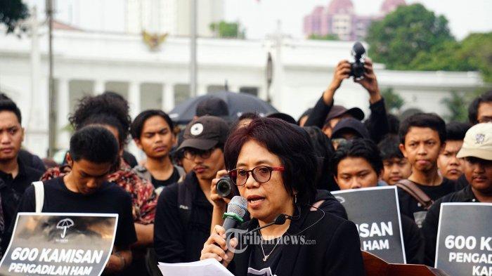 Istri aktivis Munir Suciwati Munir berpidato di depan massa aksi Kamisan ke 600 di depan Istana Merdeka, Jakarta Pusat, Kamis (5/9/2019). Aksi Kamisan merupakan aksi menyuarakan pendapat dari korban atau keluarga korban pelanggaran HAM di Indonesia. TRIBUNNEWS.COM/IQBAL FIRDAUS