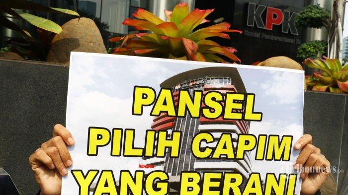 Massa dari Kelompok Pemuda Kawal KPK melakukan aksi unjuk rasa di depan gedung KPK, Jakarta, Kamis (29/8/2019). Mereka mengajak elemen masyarakat untuk mengawal proses pemilihan Capim KPK dan mempercayakan proses seleksi kepada Panitia Seleksi (Pansel), agar jauh dari kepentingan politik serta kelompok tertentu, karena sejauh ini, 20 nama Capim yang terseleksi merupakan orang-orang yang memiiki kredibilitas dan integritas yang tinggi untuk memperbaiki Kinerja KPK. TRIBUNNEWS/IRWAN RISMAWAN