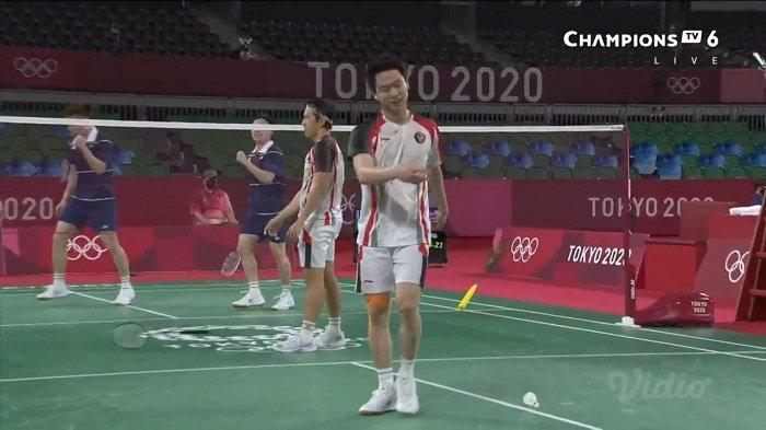 Aksi Kevin Sanjaya banting raket saat melawan Aaron Chia/Soh Woii Yik di perempat final Olimpiade Tokyo, Kamis (29/7/2021).
