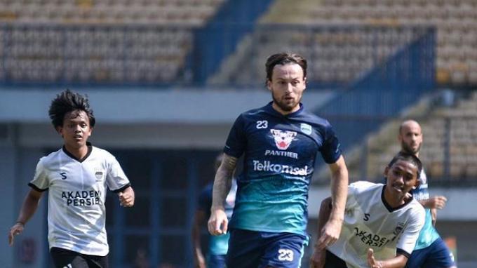 Aksi Marc Klok dalam uji tanding Persib Bandung senior melawan Persib U-20