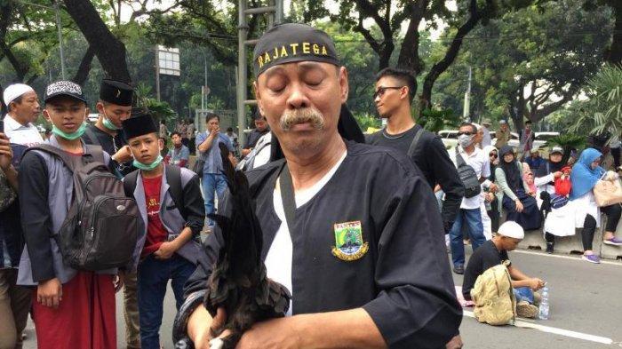 Peserta Aksi Massa di Patung Kuda Ini Berpakaian Serba Hitam sambil Bawa Ayam Kampung